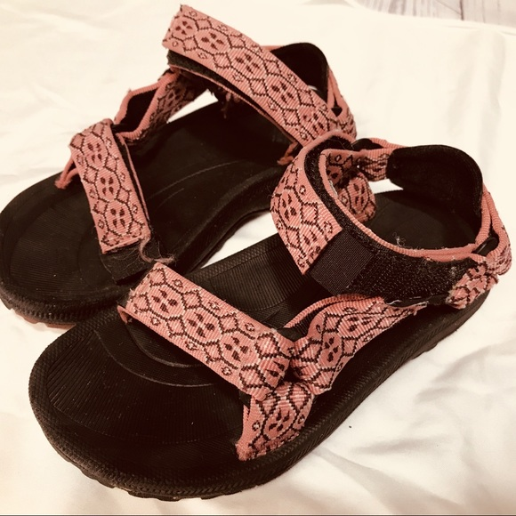941df8ee5dc4 Teva Girls sandals water shoe Pink Velcro straps. M 5b88480e129955068017e9f8